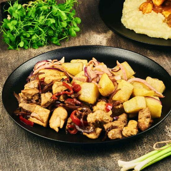 Tigaie picantă de porc și pui & cartofi țărănești